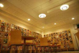 Kuva kirjaston kirjahyllyistä