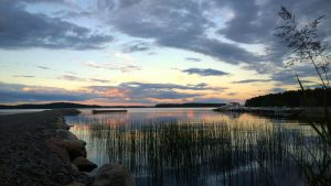 Kuvassa kaunis järvimaisena kesäisenä iltana.