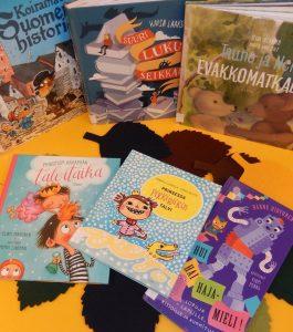 Lastenkirjoja aseteltuna pöydälle