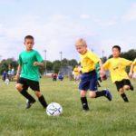 Kuvituskuva. Lapset pelaa jalkapalloa.