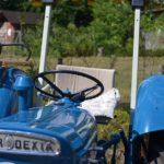 Vanha sininen traktori.