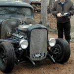 Vanha musta auto.
