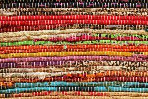 Kuvassa päällekkäin kasattuja mattoja.