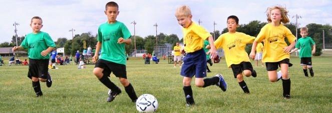 Kuvituskuva. Lapset pelaamassa jalkapalloa.