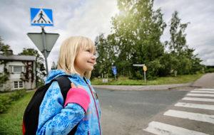 Pienen koululaisen kyky arvioida liikennetilanteita on vasta kehitysvaiheessa. Lapsi tarvitsee liikenteessä vielä harjoitusta ja aikuisen ohjausta. Kuva: Liikenneturva/Nina Mönkkönen