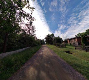 Kirkkokadulta otettu kuva tiestä. Oikealla puolella taloja